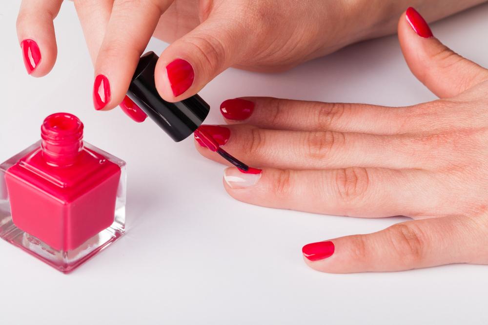 Ten prosty i darmowy sposób sprawi, że każdy lakier do paznokci wyschnie maksymalnie w 1 minutę!
